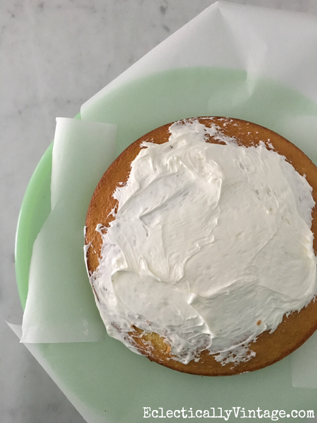 Great cake frosting tip using wax paper! kellyelko.com