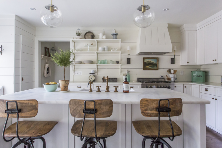 This home tour is stunning! Love the shiplap backsplash, open shelves, lighting and those industrial barstools! Truth and Co kellyelko.com