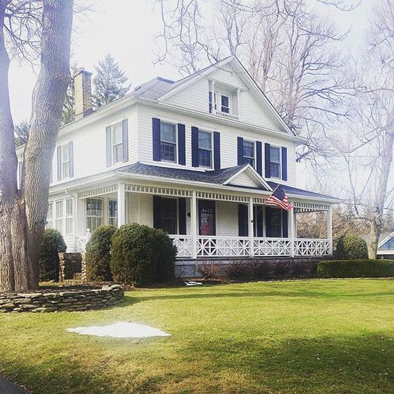 Eclectic home tour of this classic farmhouse eclecticallyvintage.com