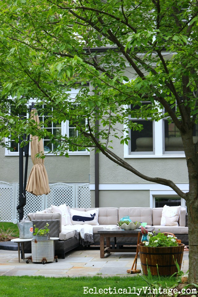 Love this backyard and the beautiful bluestone patio with sectional sofa and huge planters kellyelko.com