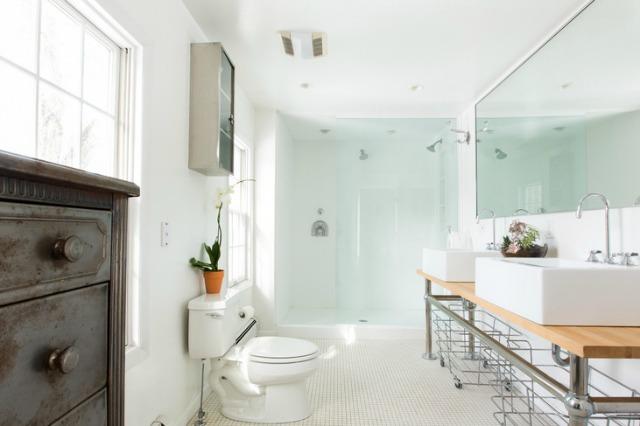 Love this modern farmhouse bathroom - the sinks are amazing! kellyelko.com