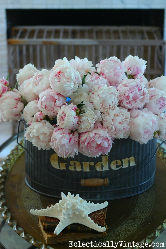 How amazing is this huge galvanized bucket of peonies! kellyelko.com