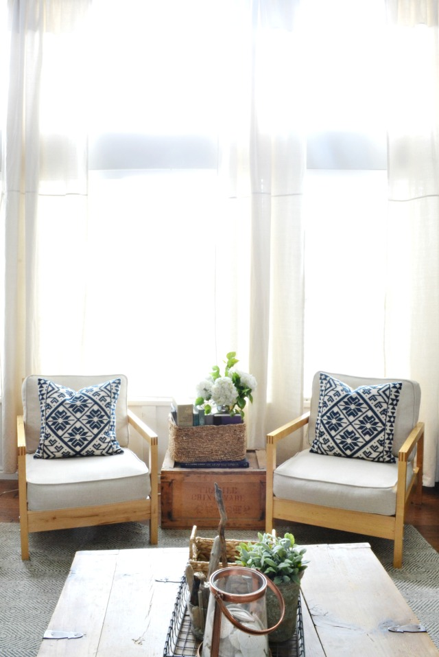 Love the way she mixes new and old in this light and airy farmhouse kellyelko.com