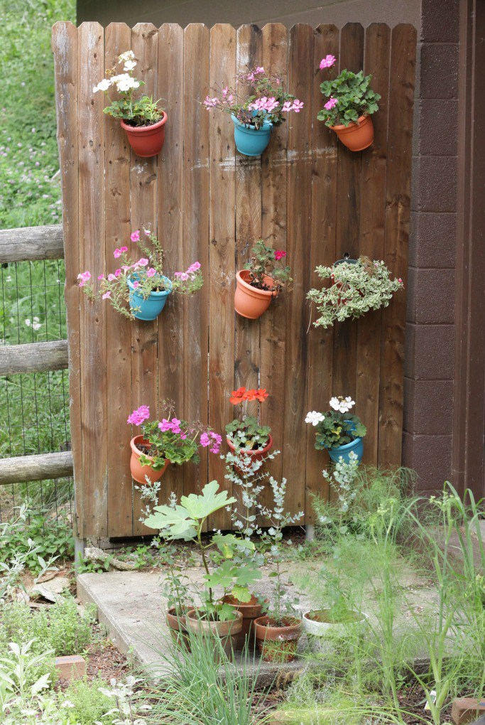 Planter Fence - such a fun addition to the garden! See more blogger outdoor spaces with great ideas kellyelko.com